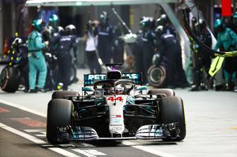 Lewis Hamilton, Mercedes AMG F1 W09 EQ Power+, lascia il box dopo un pit stop