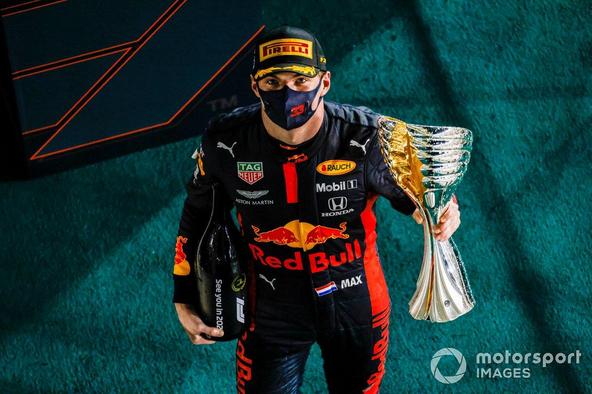 Max Verstappen, Red Bull Racing, con el trofeo de ganador.