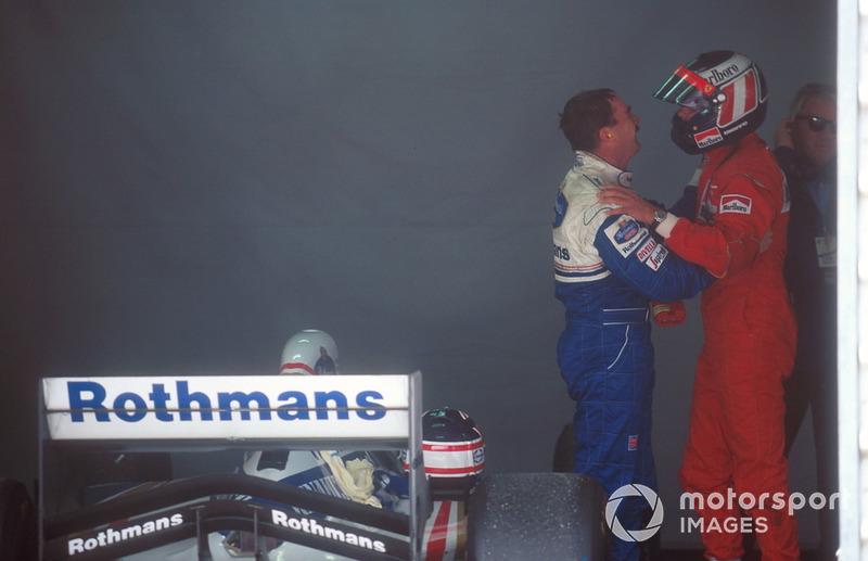 Герхард Бергер (Ferrari) вітає Найджела Менселла (Williams)