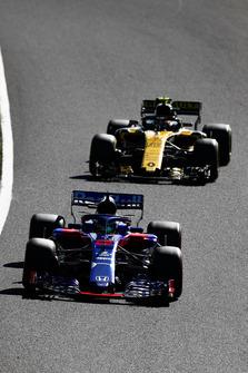Brendon Hartley, Toro Rosso STR13, leads Carlos Sainz Jr., Renault Sport F1 Team R.S. 18