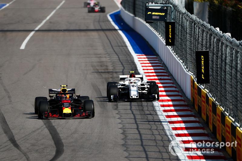 Max Verstappen, Red Bull Racing RB14, lidera a Charles Leclerc, Sauber C37