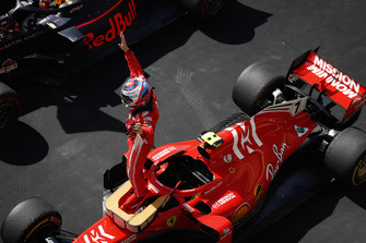 Kimi Raikkonen, Ferrari SF71H, celebra en el Parc Ferme después de ganar la carrera.