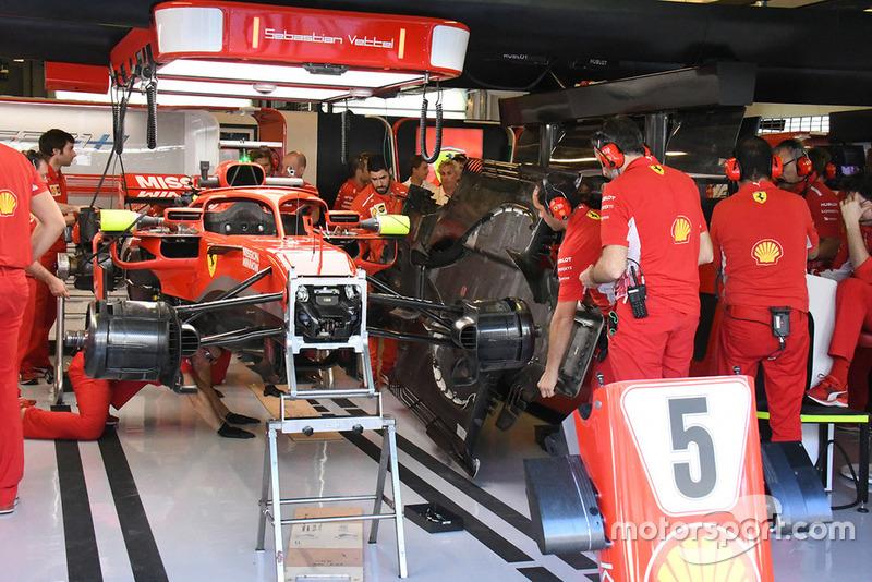 Ferrari, sürgölődés a garázsban