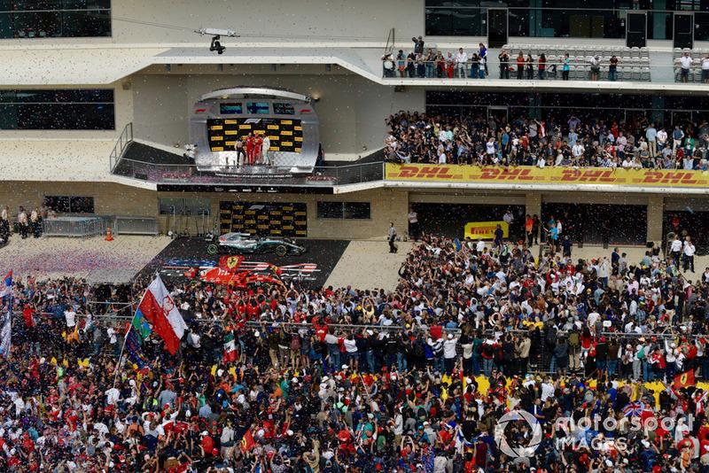 Карло Санті, гоночний інженер Ferrari, Макс Ферстаппен, Red Bull Racing, Кімі Райкконен, Ferrari, та Льюіс Хемілтон, Mercedes AMG F1 святкують на подіумі