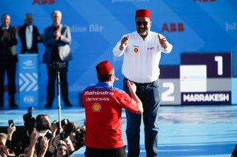 Dilbagh Gill, Team Principal, Mahindra Racing, fête la victoire sur le podium