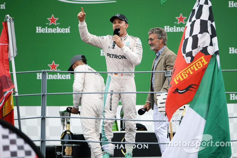 Ganador de la carrera Nico Rosberg, Mercedes AMG F1 en el podio con Eddie Jordan