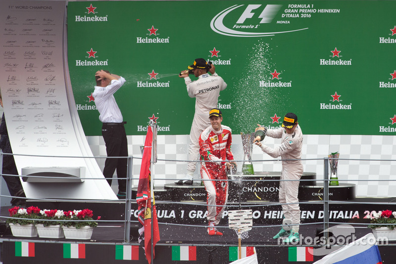 Podium (L to R): second place Lewis Hamilton, Mercedes AMG F1; Race winner Nico Rosberg, Mercedes AM