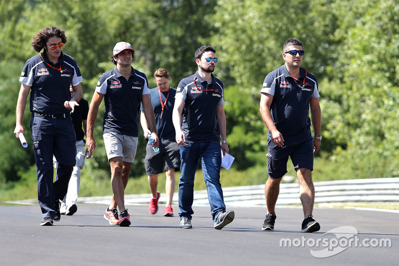 Carlos Sainz Jr., Scuderia Toro Rosso walks the circuit with the team