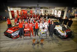 GT500 race winners Tsugio Matsuda and Ronnie Quintarelli, Nismo with GT300 race winners Kazuki Hoshi