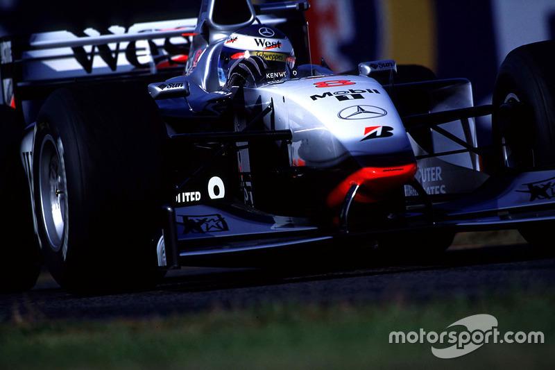 Während Häkkinen das Rennen als Spitzenreiter kontrolliert, ...