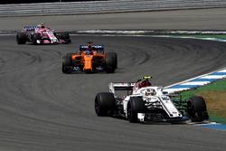 Charles Leclerc, Sauber C37, Fernando Alonso, McLaren MCL33 y Esteban Ocon, Force India VJM11
