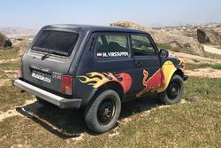 Een Lada Niva met de naam Max Verstappen