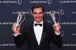 Tennis player Roger Federer con il trofeo Laureus World Comeback of the Year 2018