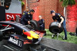 Max Verstappen, Red Bull Racing, Paul Monagan and David Tsurusaki take on a pit stop challenge