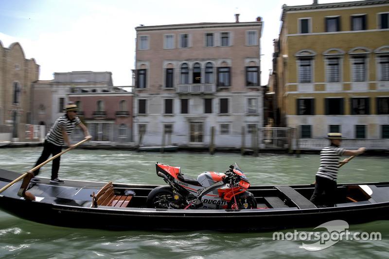 La moto di Jorge Lorenzo, Ducati Team, a Venezia