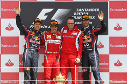 Podio: il secondo classificato Sebastian Vettel, Red Bull Racing, il vincitore della gara Fernando Alonso, Ferrari, Stefano Domenicali, General Director Ferrari, il terzo classificato Mark Webber, Red Bull Racing
