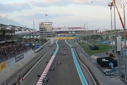 Valtteri Bottas, Mercedes-Benz F1 W08  leads on lap one