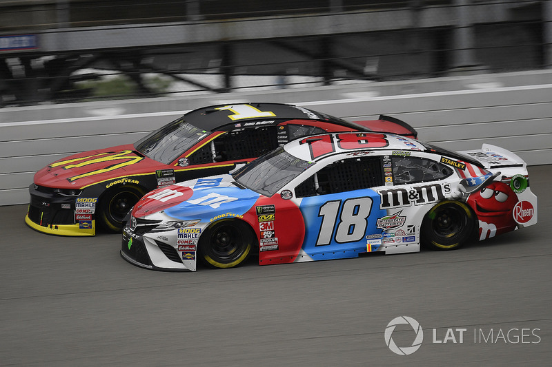 Kyle Busch, Joe Gibbs Racing, Toyota Camry M&M's Red White & Blue e Jamie McMurray, Chip Ganassi Racing