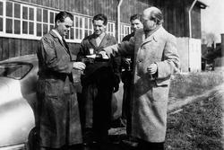 De gauche à droite : Wilhelm Emmerich, puis chef de la réparation, Hugo Heiner, puis constructeurs de moteurs, Herbert Linge et Dr. Ottomar Domnick sur le site de la carrosserie Reutter en 1950.