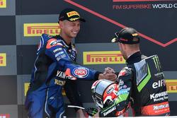 Podio: ganador de la carrera Jonathan Rea, Kawasaki Racing, segundo lugar Michael van der Mark, Pata Yamaha