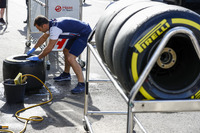 Williams team member cleamn the tires
