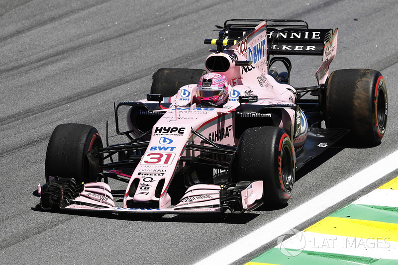 Esteban Ocon, Sahara Force India F1 VJM10, attempts to limp back to the pits with a puncture and dam