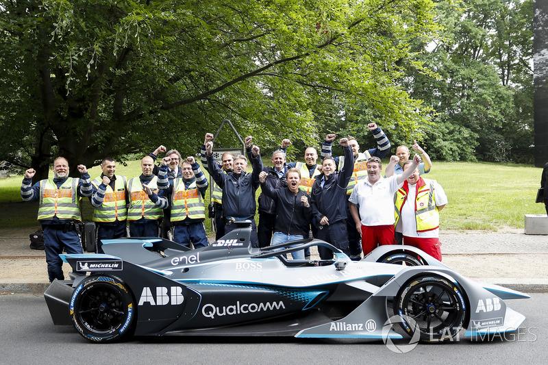 El campeón mundial de Fórmula 1, Nico Rosberg con Alejandro Agag, CEO de Formula E, el coche de Fórmula E Gen2