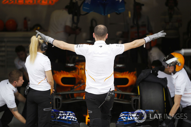 The McLaren team prepare to send Fernando Alonso, McLaren MCL33, out for a Qualifying run