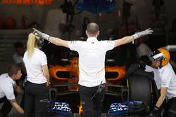Il team McLaren si prepara a mandare in pista Fernando Alonso, McLaren MCL33, per un giro di qualifica