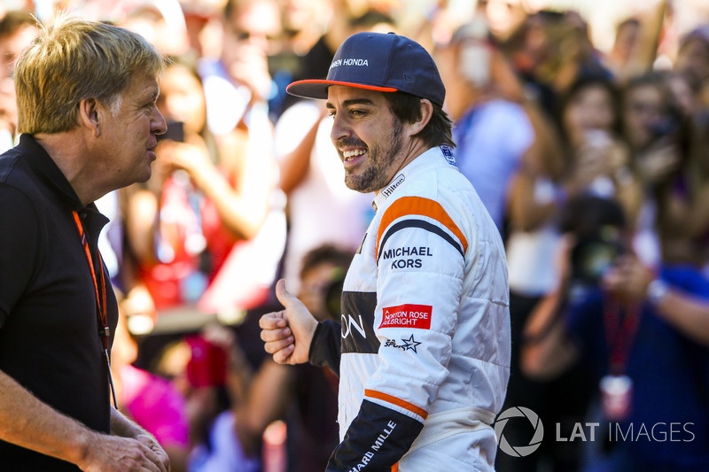 Fotógrafo de LAT Steven Tee con Fernando Alonso, McLaren, en la foto del equipo McLaren