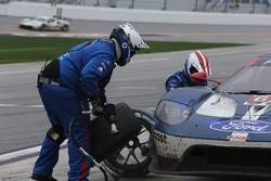 Pit stop, #67 Ford Performance Chip Ganassi Racing Ford GT: Ryan Briscoe, Richard Westbrook, Scott Dixon