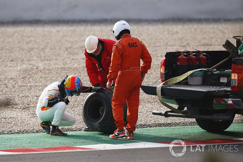 Fernando Alonso, McLaren, kaza sonrası lastik inceliyor