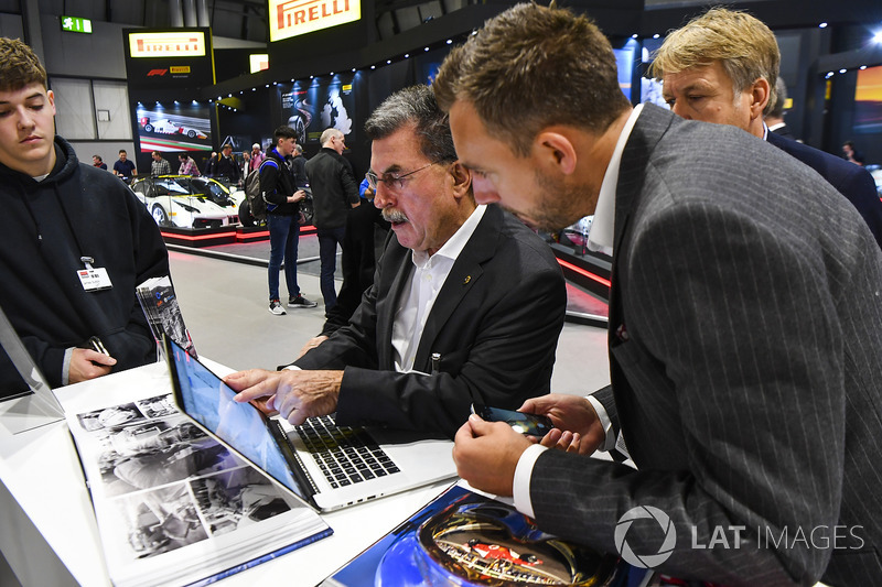Rainer Schlegelmilch and his partner meet Steven Tee, James Sutton and Martin Lee on the LAT stand