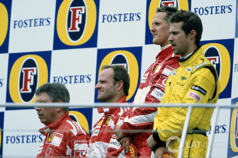 И если Шумахер и Баррикелло спешно ушли с подиума, как только получили трофеи...