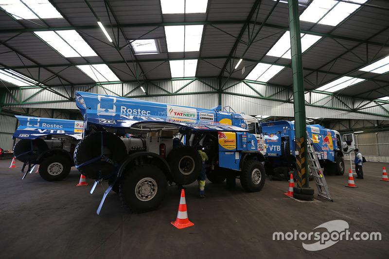 Los camiones Kamaz se preparan en Le Havre para el largo viaje a Lima, Perú