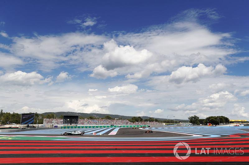 Lewis Hamilton, Mercedes AMG F1 W09, por delante de Max Verstappen, Red Bull Racing RB14, Carlos Sainz Jr., Renault Sport F1 Team R.S. 18, y Daniel Ricciardo, Red Bull Racing RB14