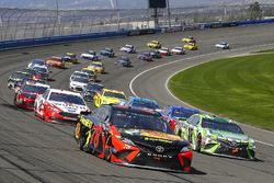 Kyle Busch, Joe Gibbs Racing, Toyota Camry Interstate Batteries e Martin Truex Jr., Furniture Row Racing, Toyota Camry Bass Pro Shops/5-hour ENERGY