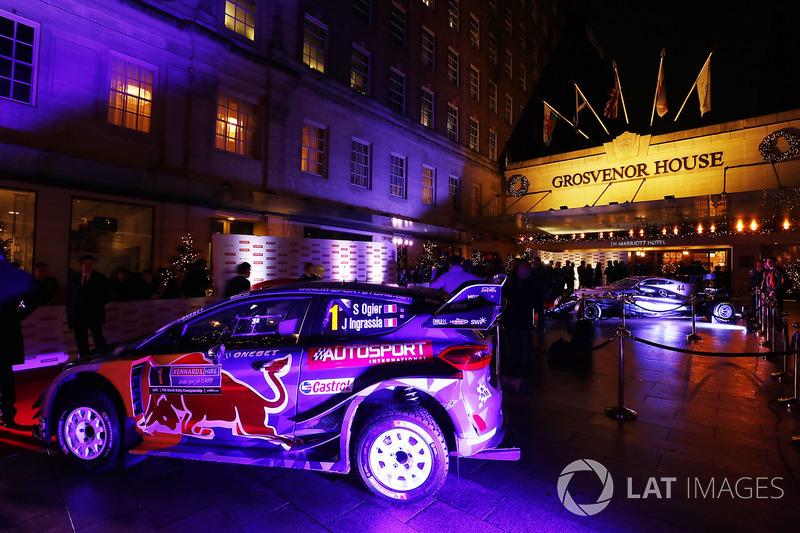 Un Ford WRC en la entrada