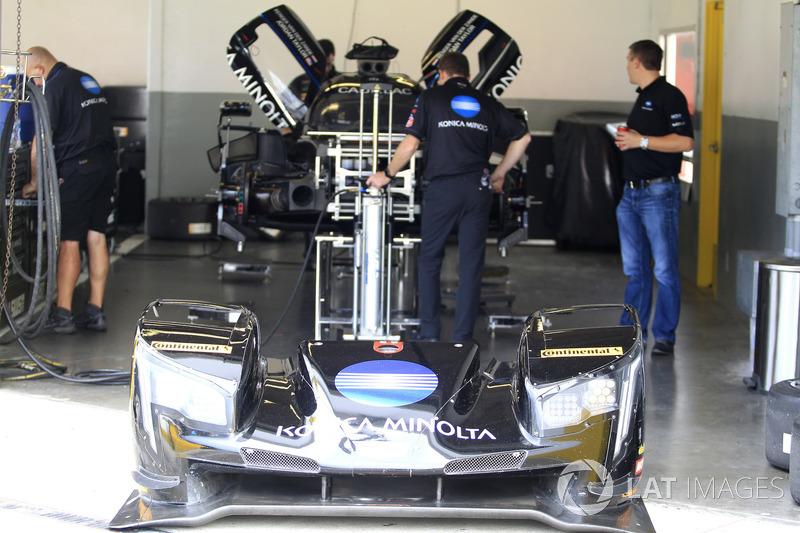 Crew members working on the car of #10 Wayne Taylor Racing Cadillac DPi: Jordan Taylor, Renger Van Der Zande