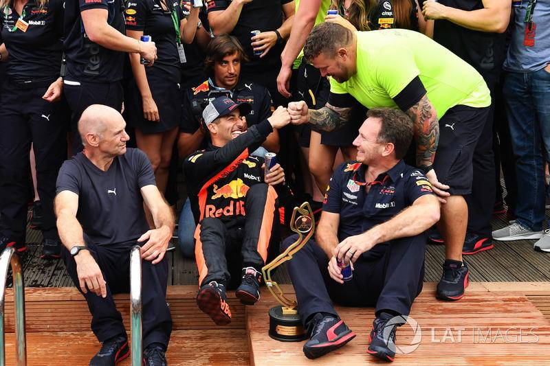 Daniel Ricciardo, Red Bull Racing celebra con Adrian Newey, Red Bull Racing, Christian Horner, el director del equipo Red Bull Racing y el equipo de la piscina Red Bull Racing Energy Station
