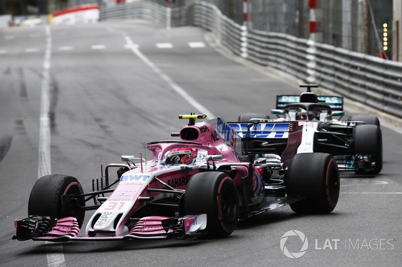 Esteban Ocon, Force India VJM11, Lewis Hamilton, Mercedes AMG F1 W09
