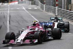 Esteban Ocon, Force India VJM11, devant Lewis Hamilton, Mercedes AMG F1 W09