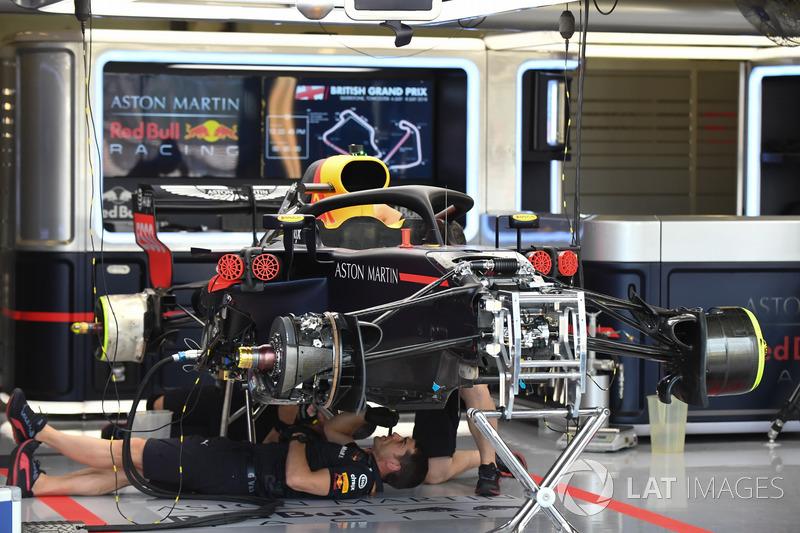 Red Bull Racing RB14 nel garage