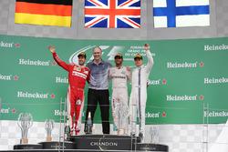 Podio: Sebastian Vettel, Ferrari segundo lugar; Lewis Hamilton, Mercedes AMG F1, ganador de la carre