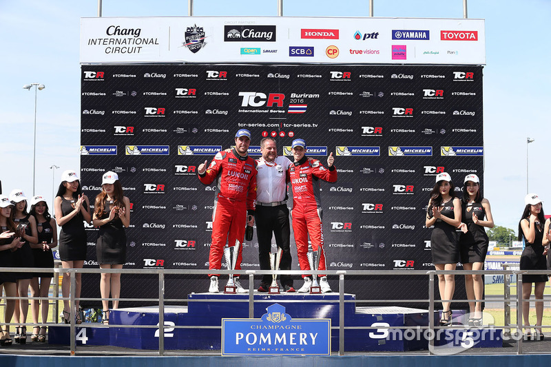 Podio: il vincitore Pepe Oriola, SEAT Leon, Team Craft-Bamboo LUKOIL, il secondo classificato James