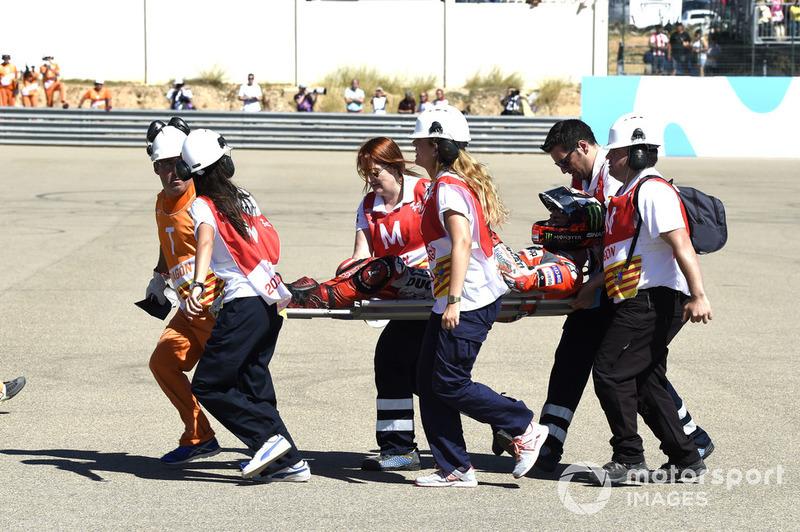 Jorge Lorenzo, Ducati Team, viene soccorso dopo la caduta alla partenza