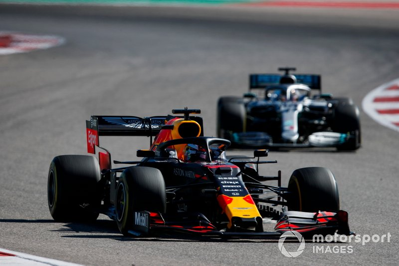 Max Verstappen, Red Bull Racing RB15, devant Lewis Hamilton, Mercedes AMG F1 W10