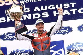 Podio: Il vincitore di Gara 2 Carl Fogarty