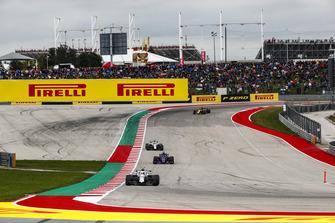 Sergey Sirotkin, Williams FW41, leads Brendon Hartley, Toro Rosso STR13, Lance Stroll, Williams FW41, and Carlos Sainz Jr., Renault Sport F1 Team R.S. 18
