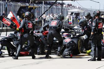 Romain Grosjean, Haas F1 Team VF-18, ai box